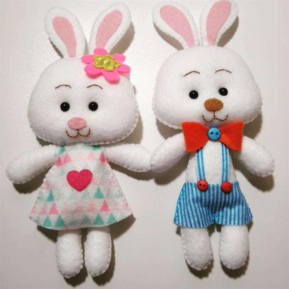 O casal de coelho de feltro fica uma fofura com roupinhas