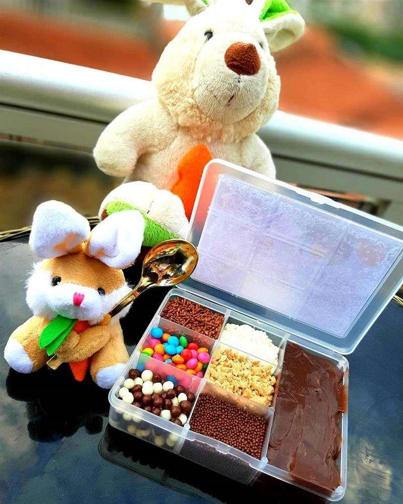 caixa com divisória e doces