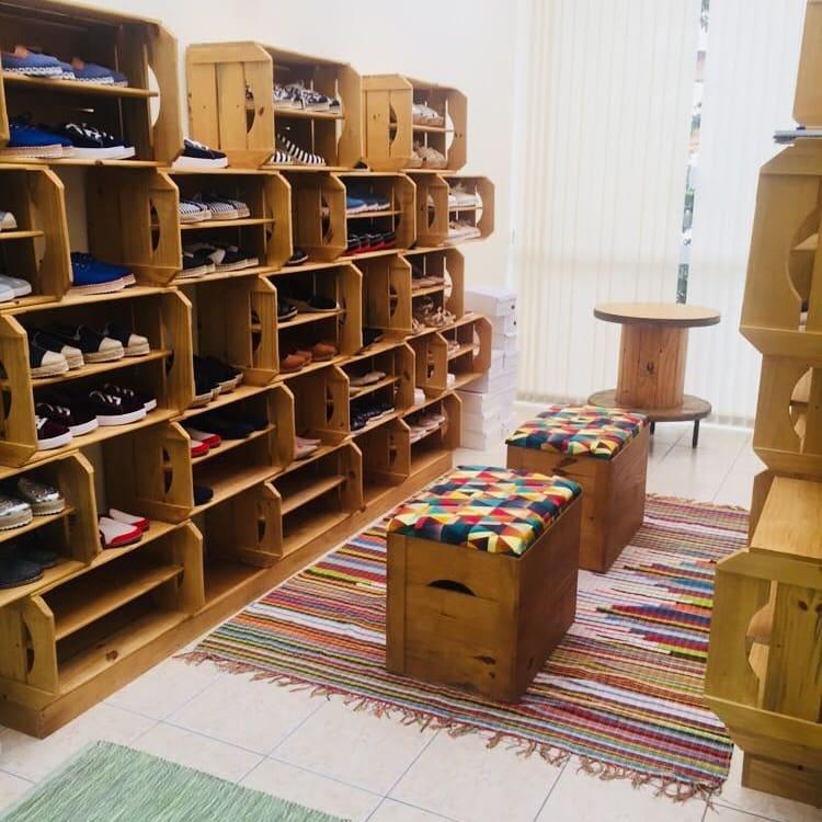 estantes para sapatos feito com caixote