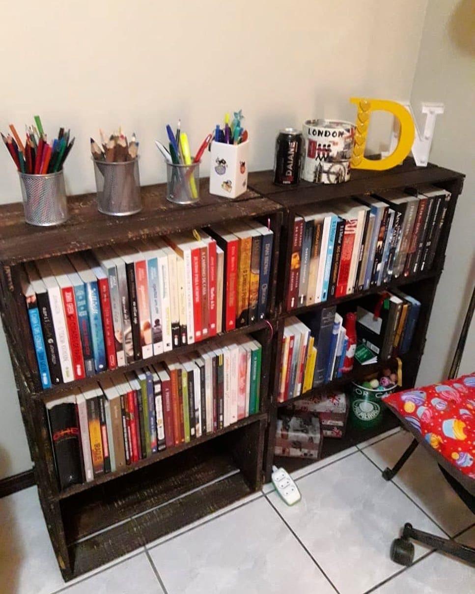 estante de livros feito com caixotes velhos