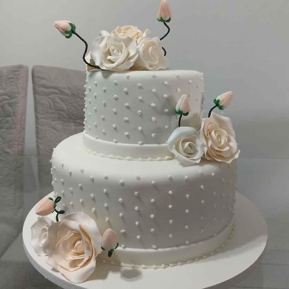 bolo branco com rosas