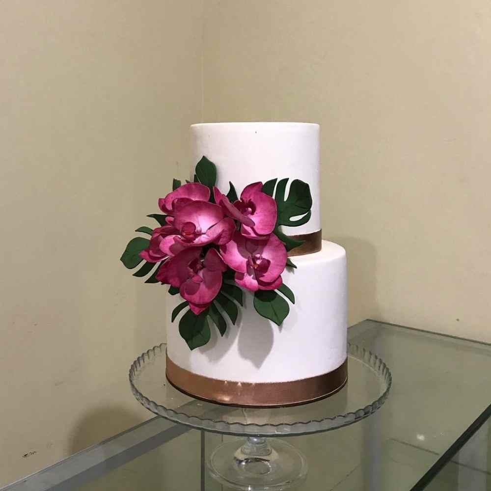 bolo branco com flores rosas