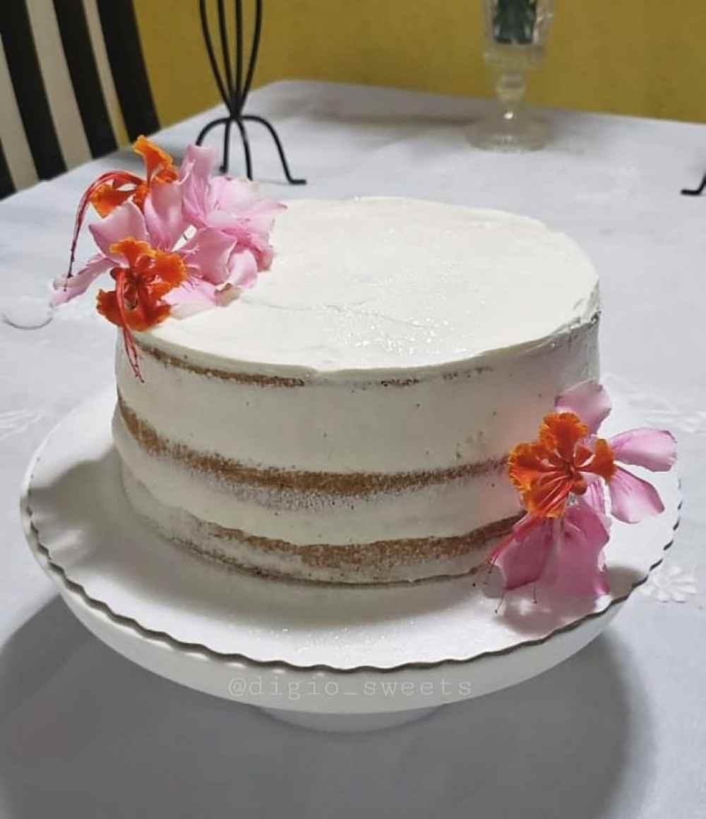 bolo dusted naked cake