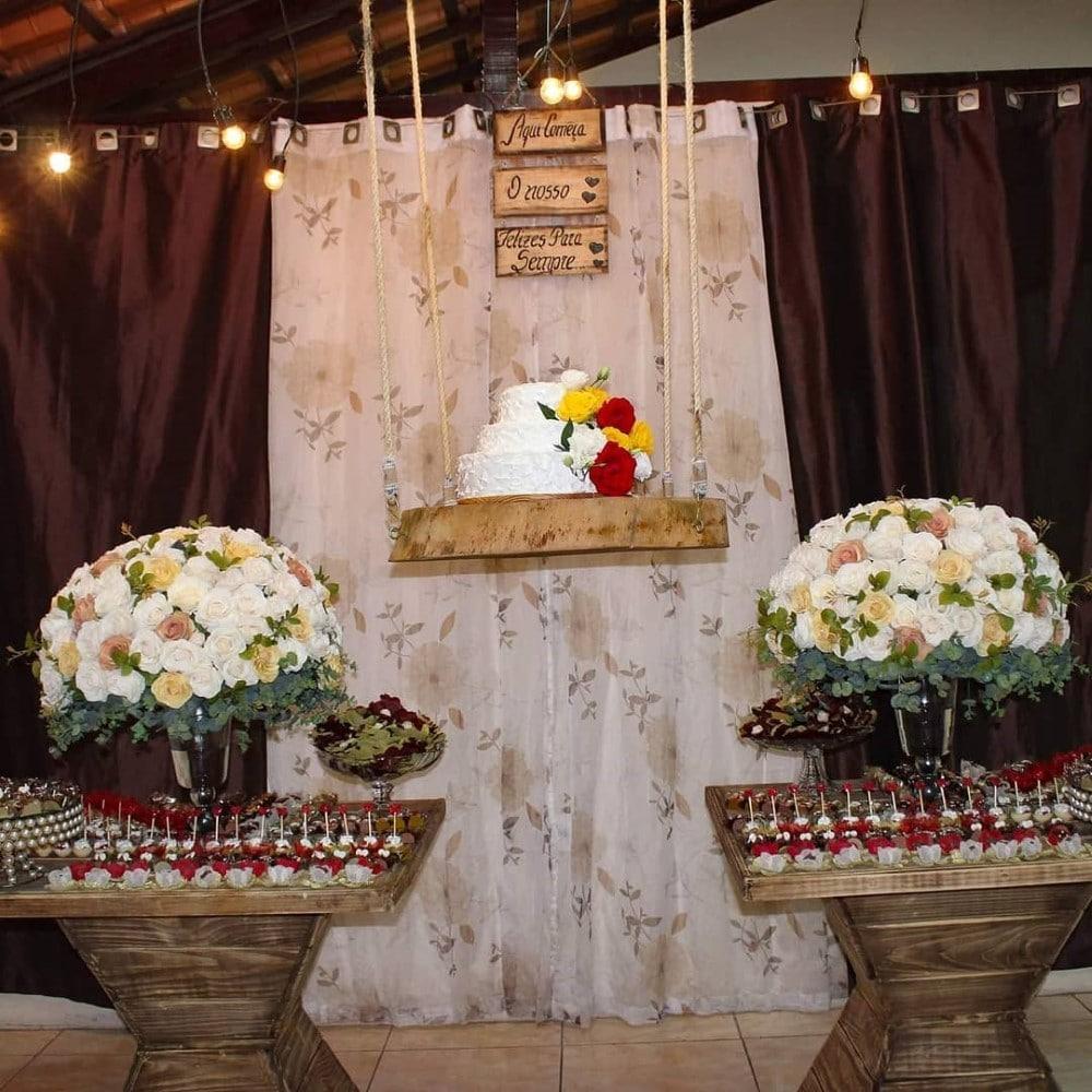 festa de noivado com bolo suspenso