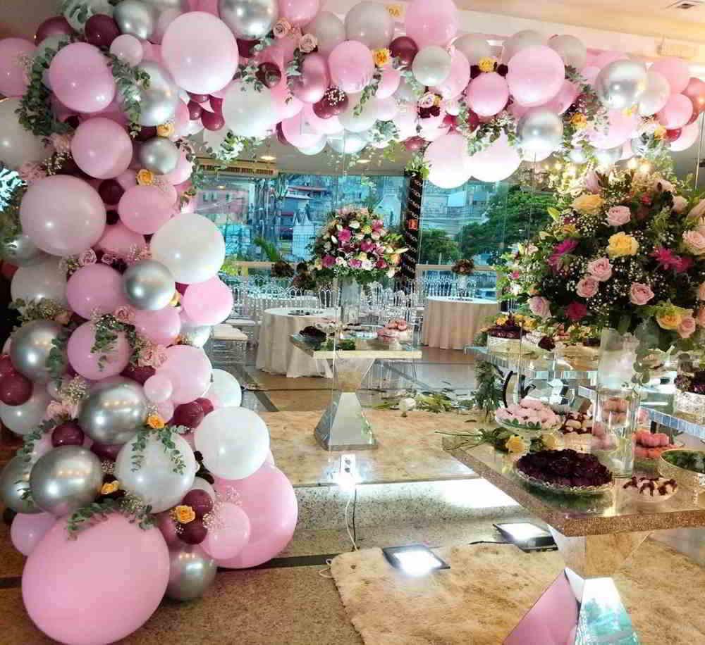 grande arco desconstruído rosa e prateado