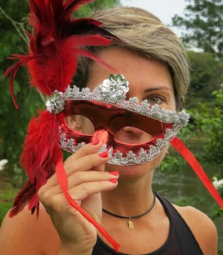 mascara decorada com detalhes em prata