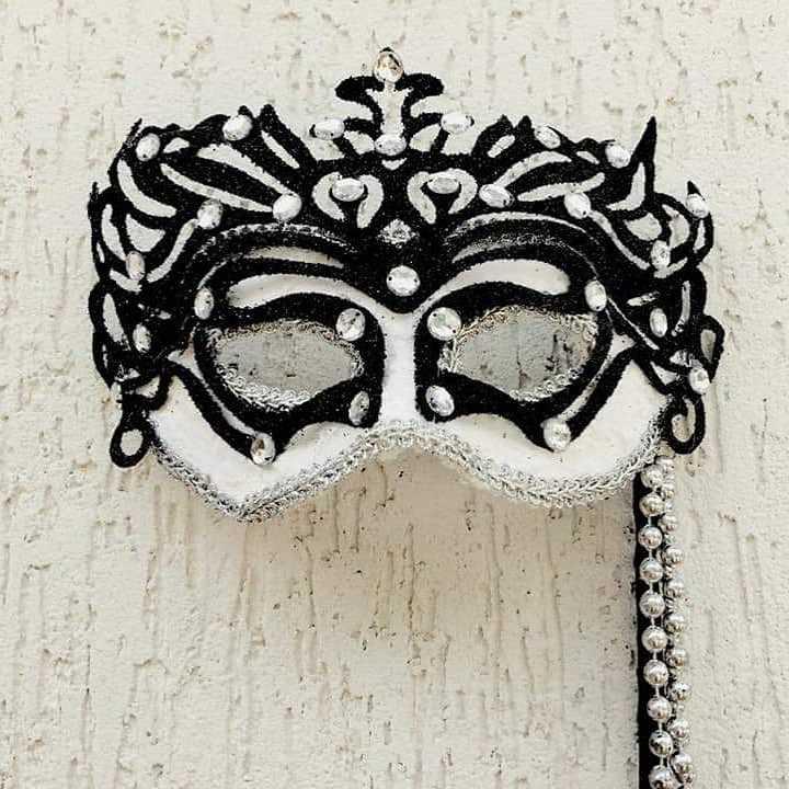 mascara preto e branco luxuosa com pedraria