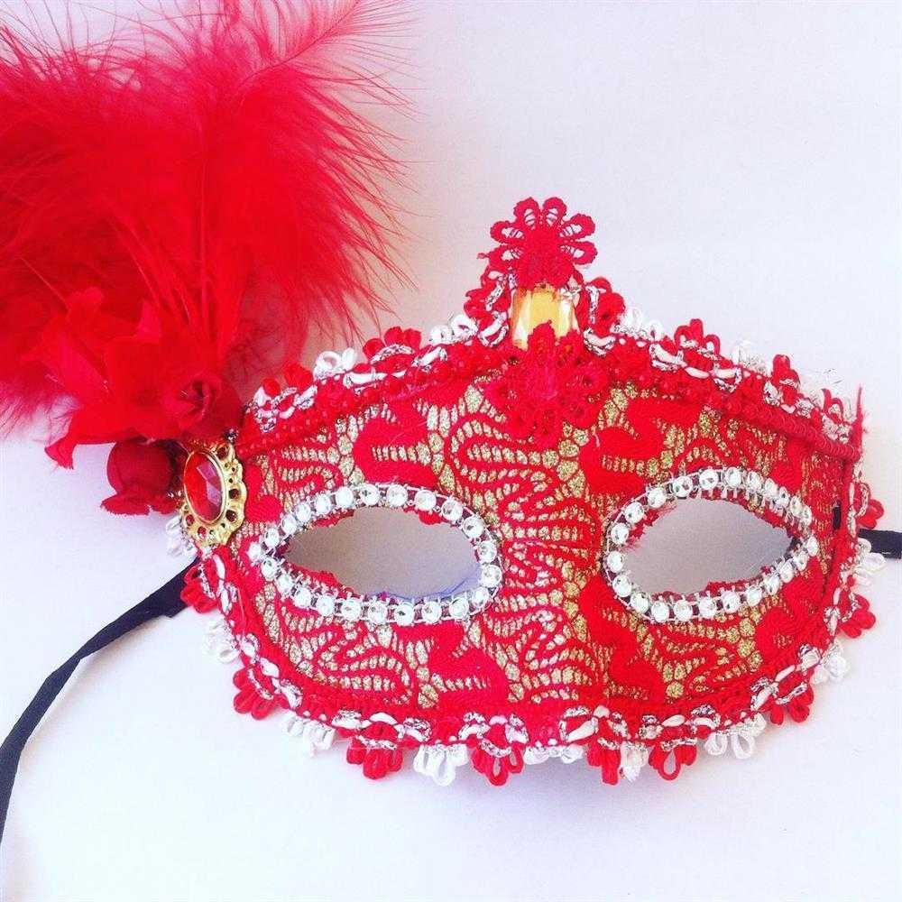mascara vermelha com renda