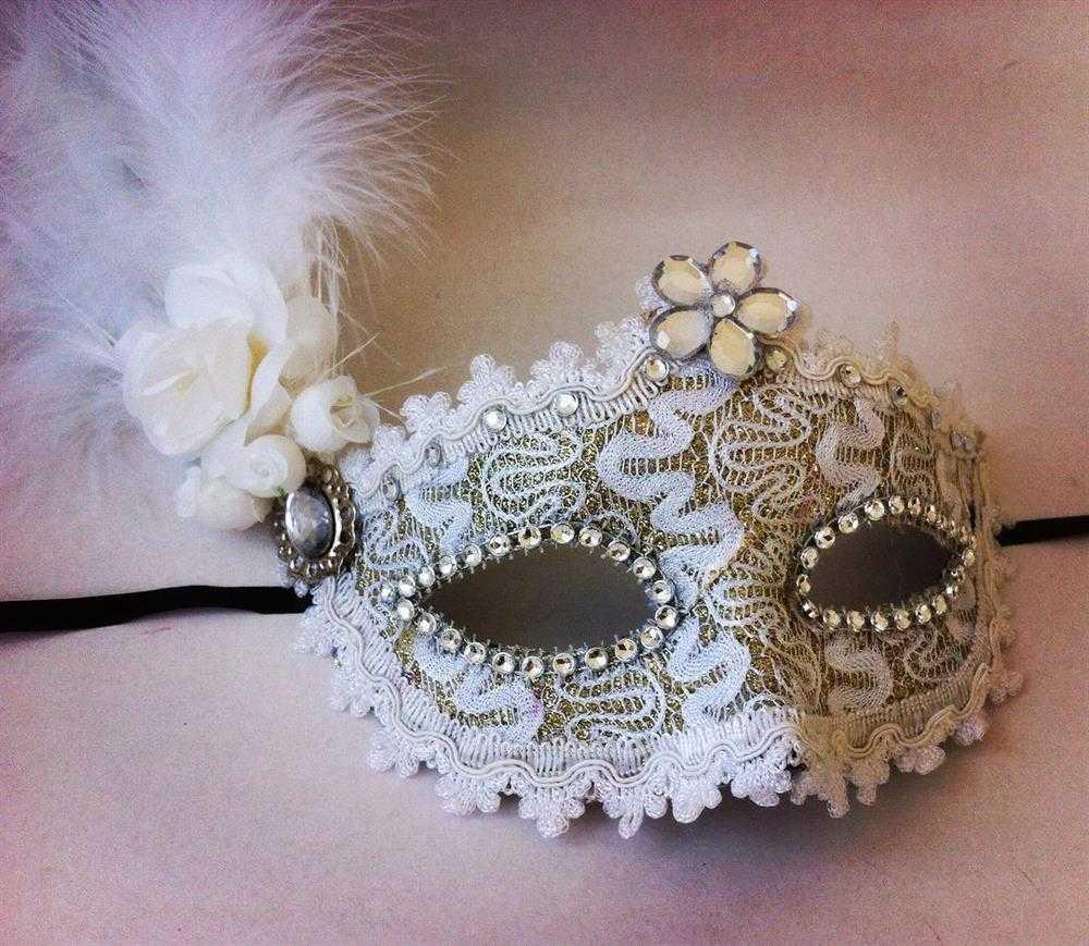 mascara branca rendada