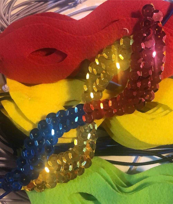 mascara decorada com lantejoulas