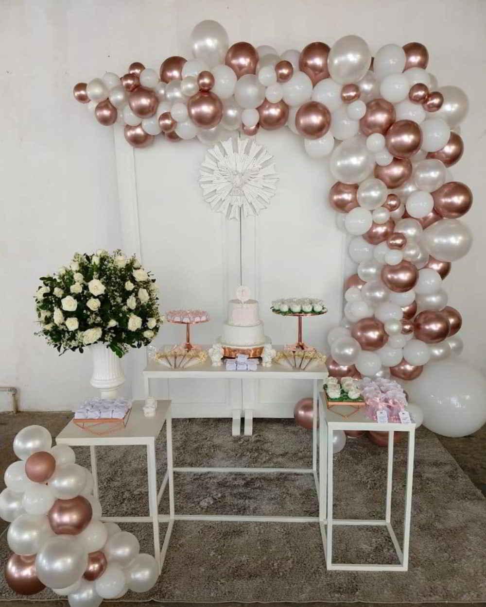 decoração com balões brancos e dourados