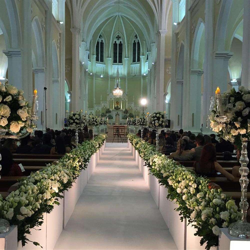 corredor de igreja com flores brancas