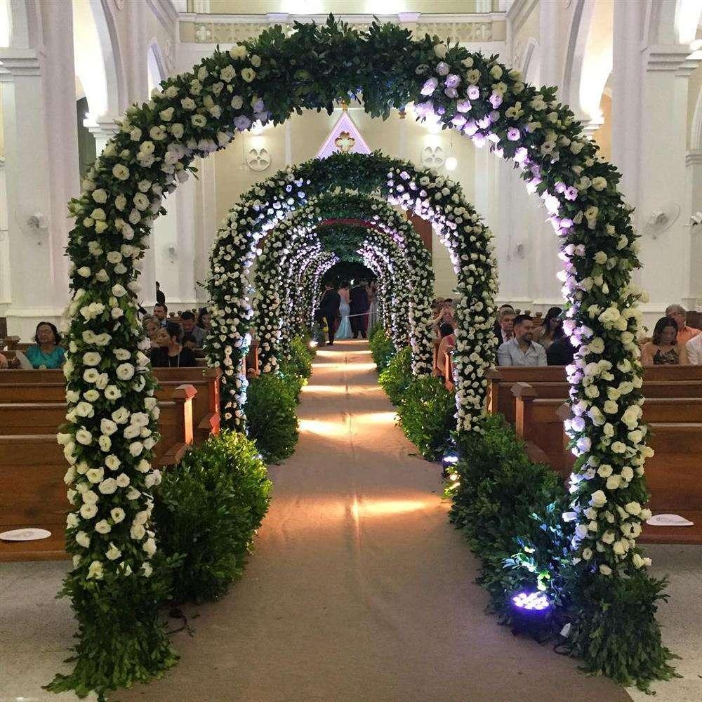 decoração de casamento com arco de flores