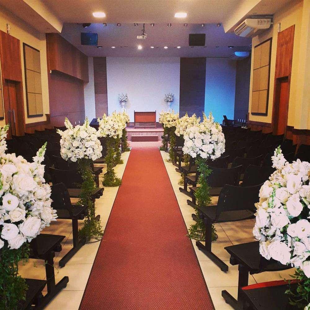 Decoração para casamento com vasos de flores