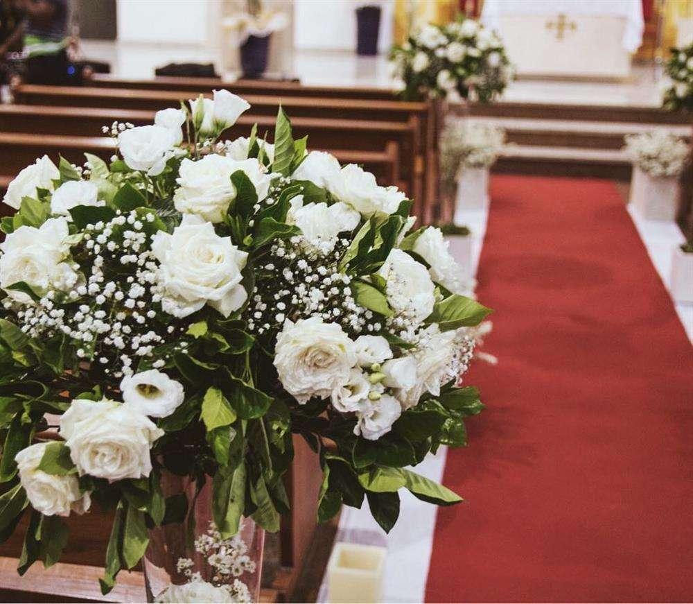 flores no corredor da igreja para casamento