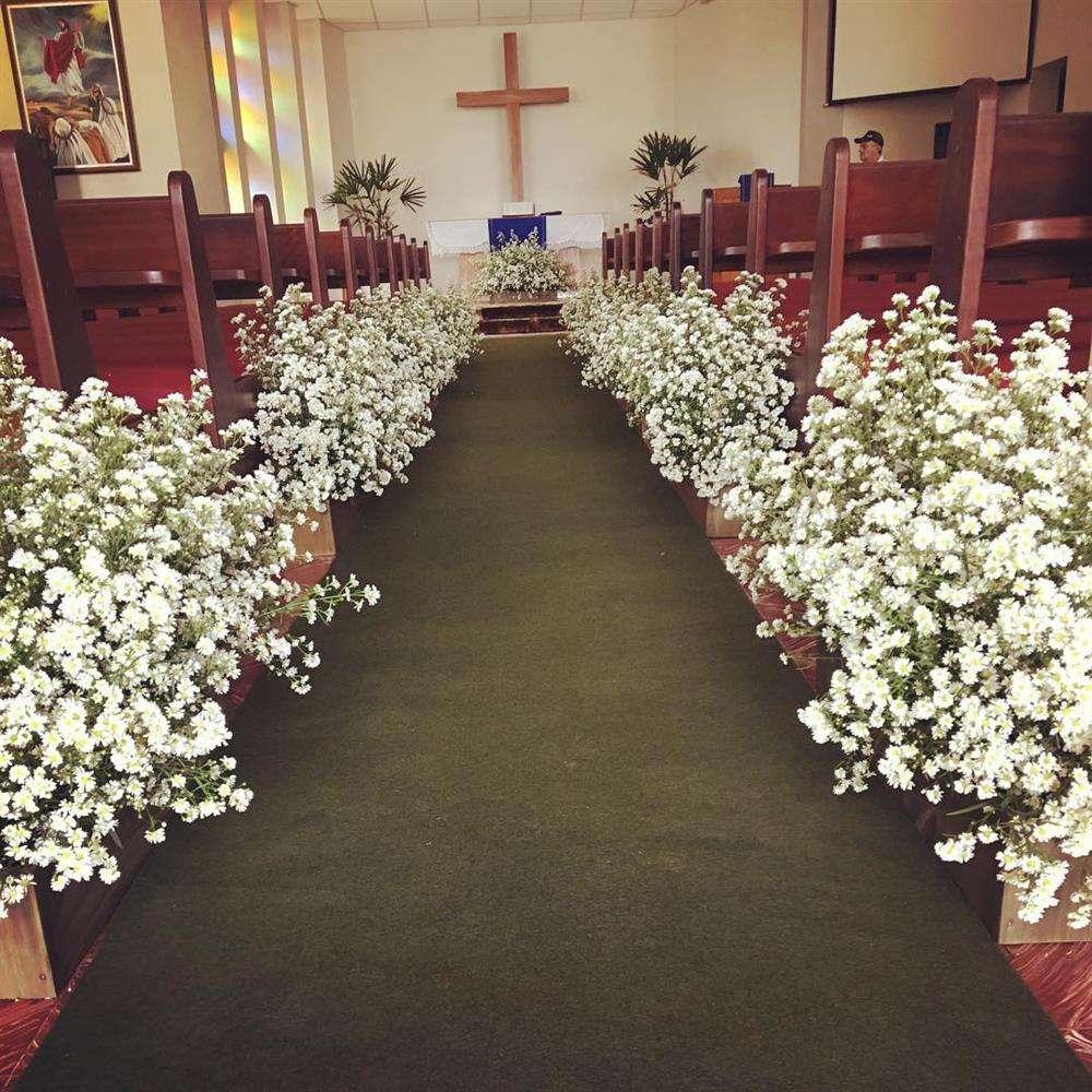 decoração de casamento com flores no chão