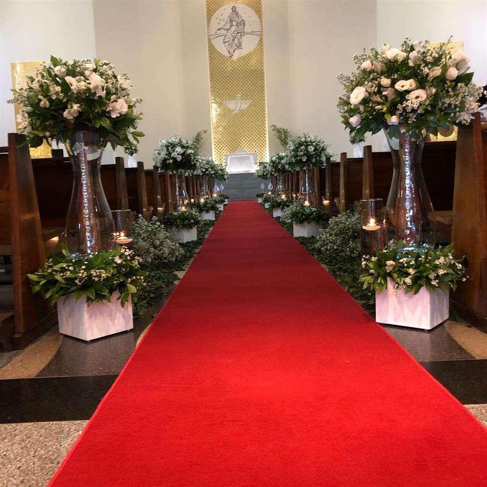 decoração de casamento com tapete vermelho