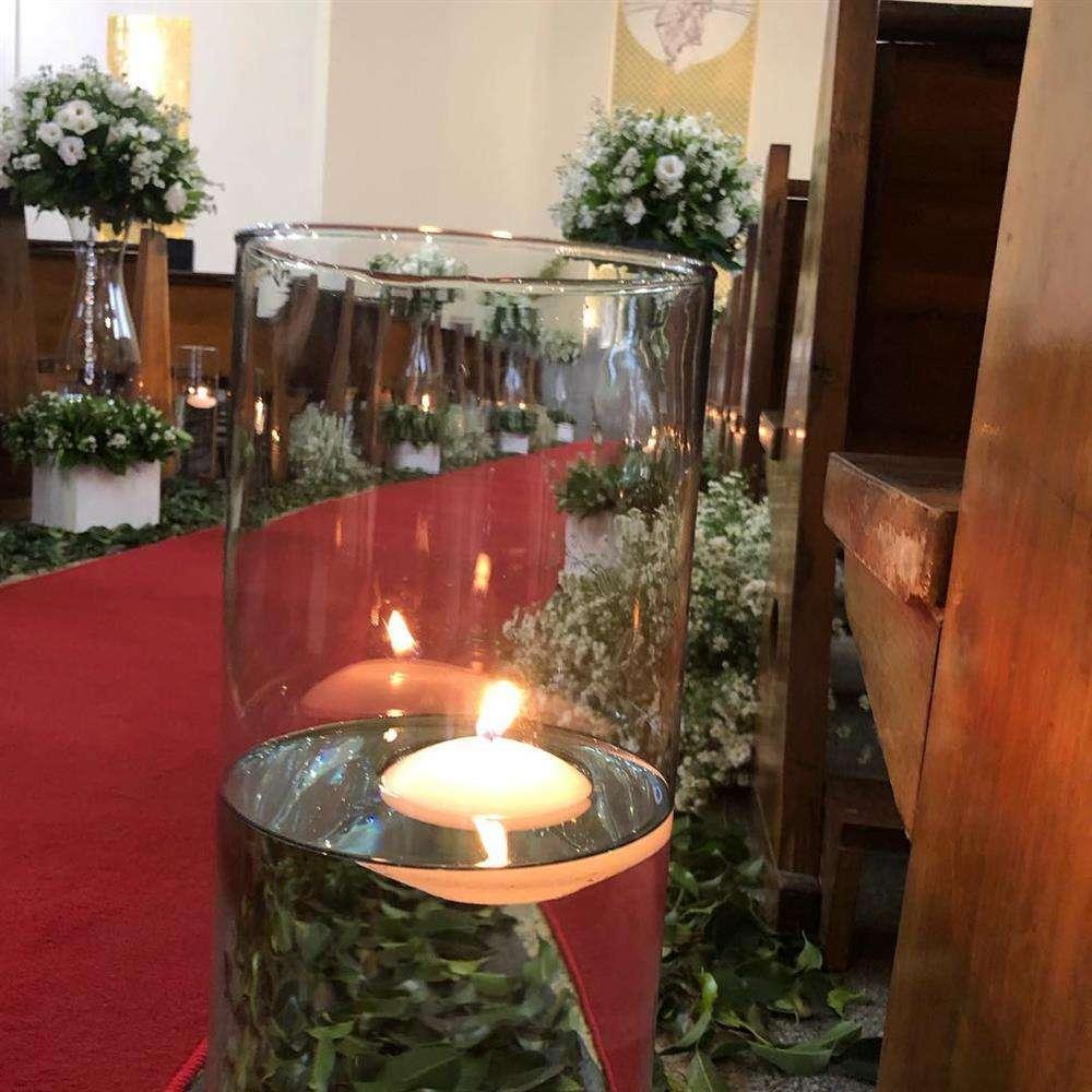 decoração de igreja com vidros