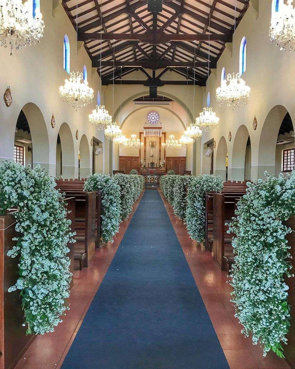 decoração com cachos de flores para casamento
