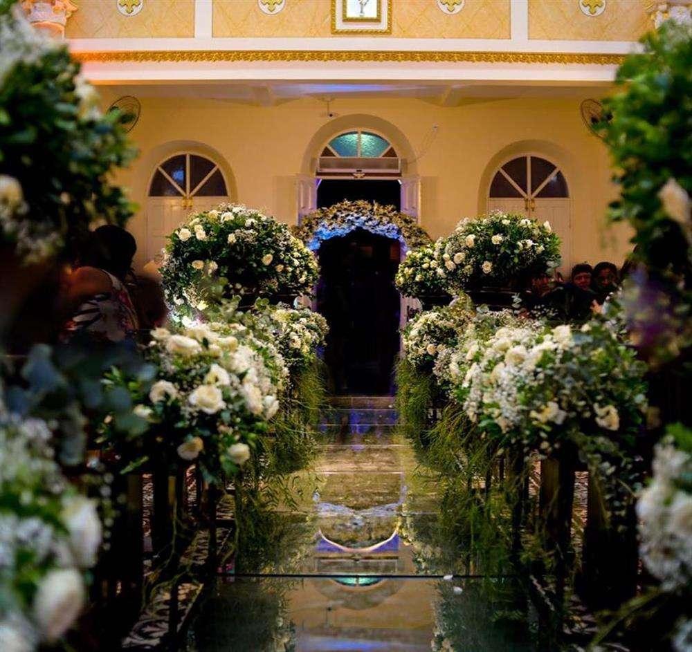 decoração de casamento com flores e espelho