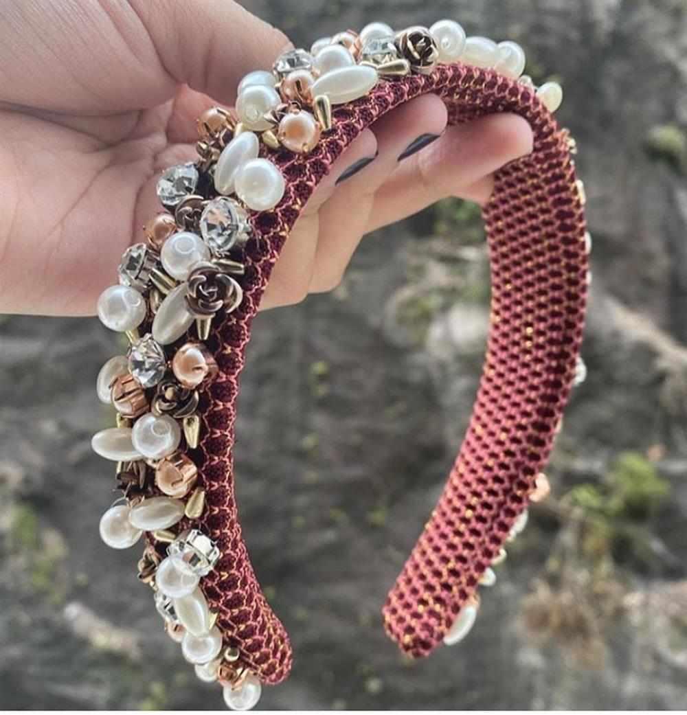 tiara bordada com pedrarias