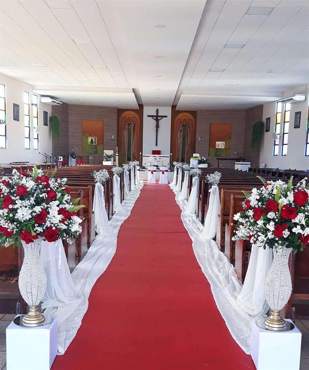 decoração com flores vermelha e branca