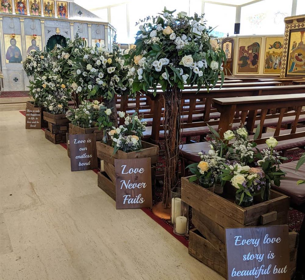 decoração de igreja com plaquinhas