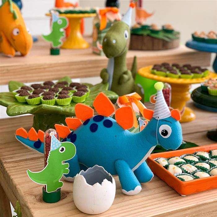decoração com pelúcia dinossauro