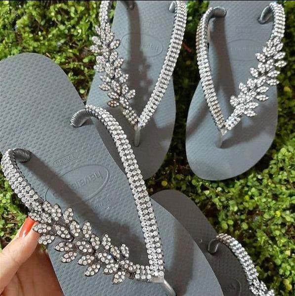 chinelos bordados com pedrarias