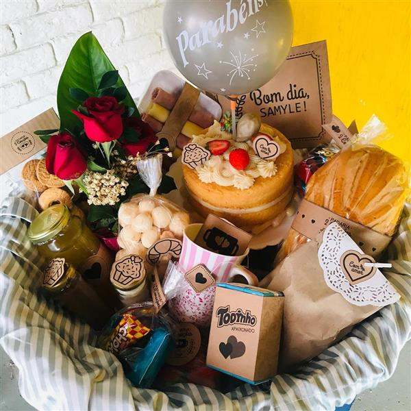 cesta de cafe da manha com bolo