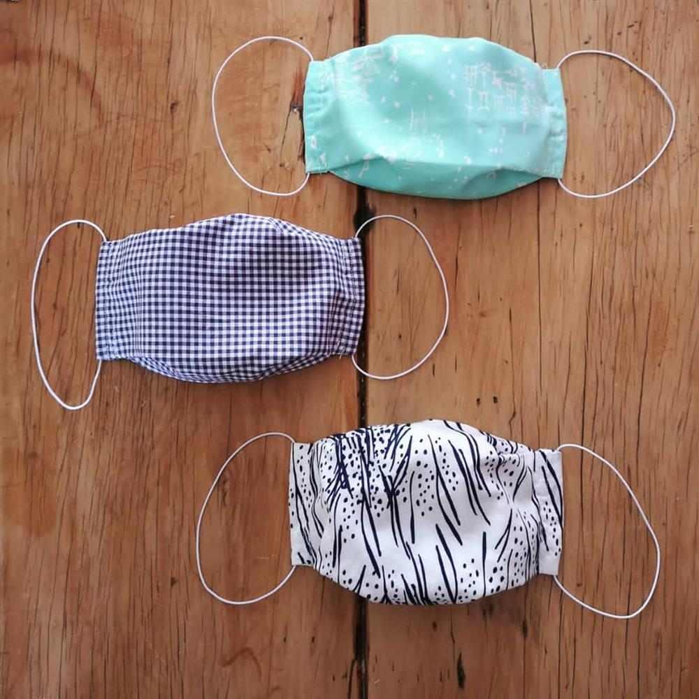 mascara de tecido com pregas