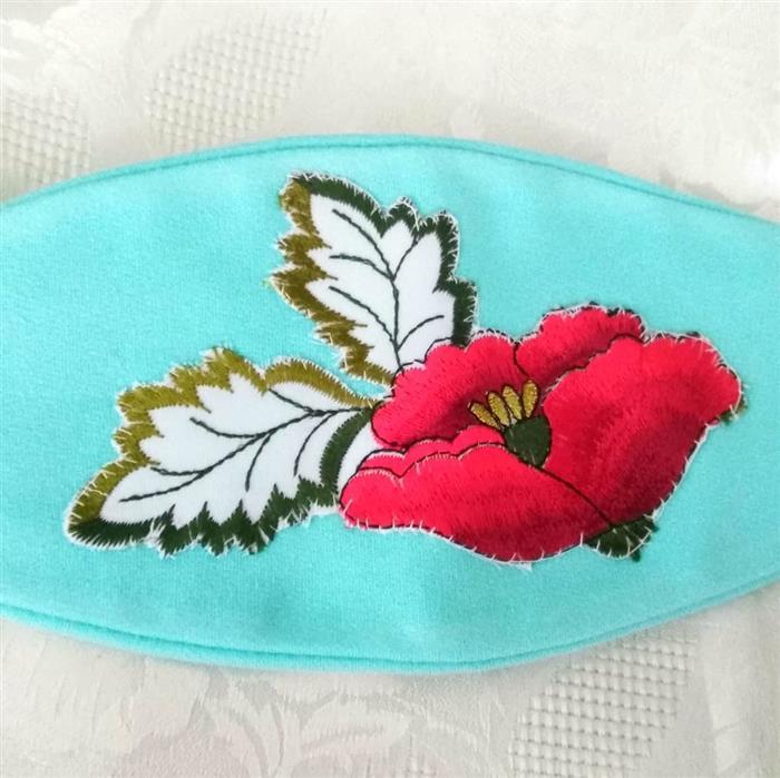mascara com flor bordada