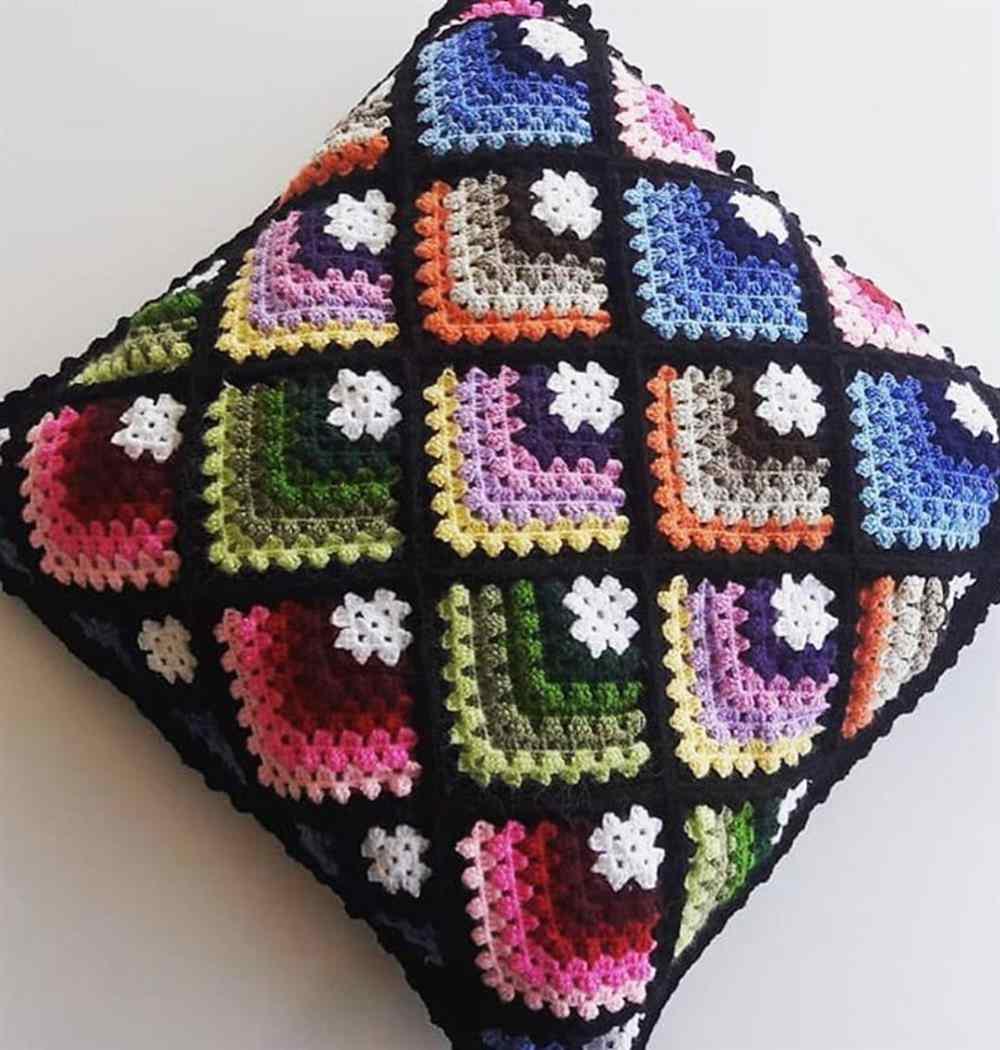 almofada feita com sobras de fio