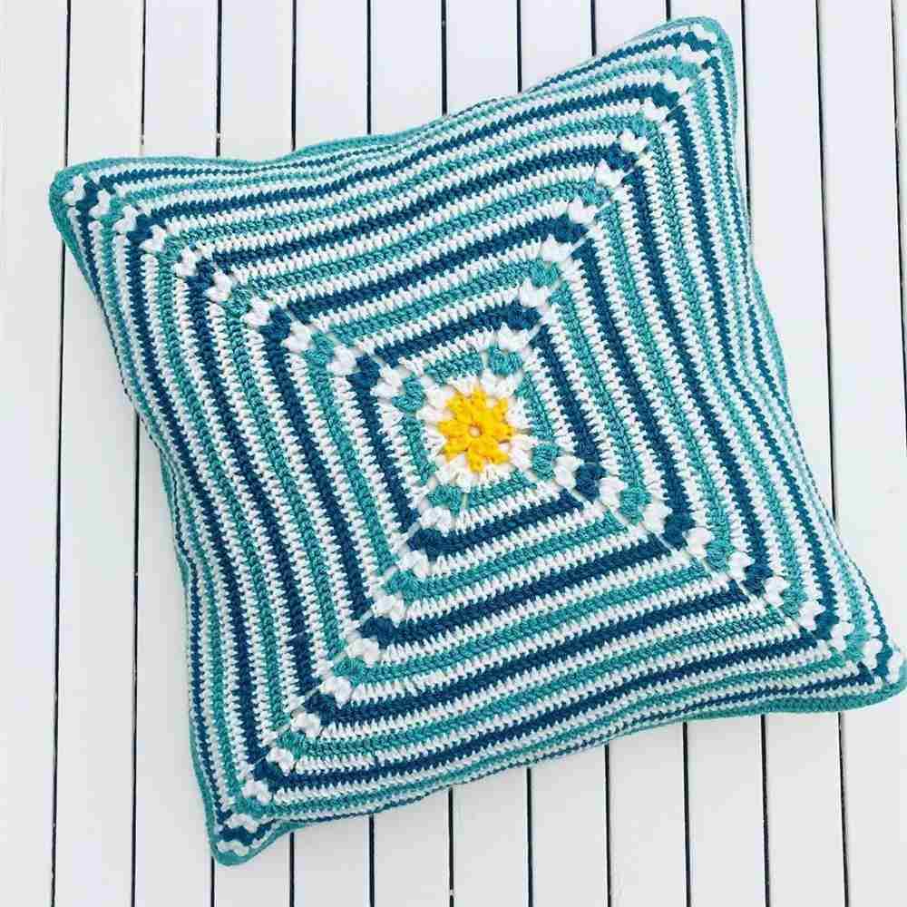 almofada quadrada azul e branco