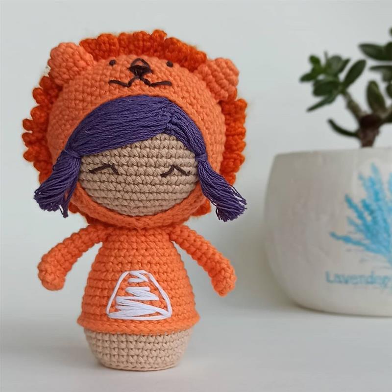 boneca decorativa com capuz
