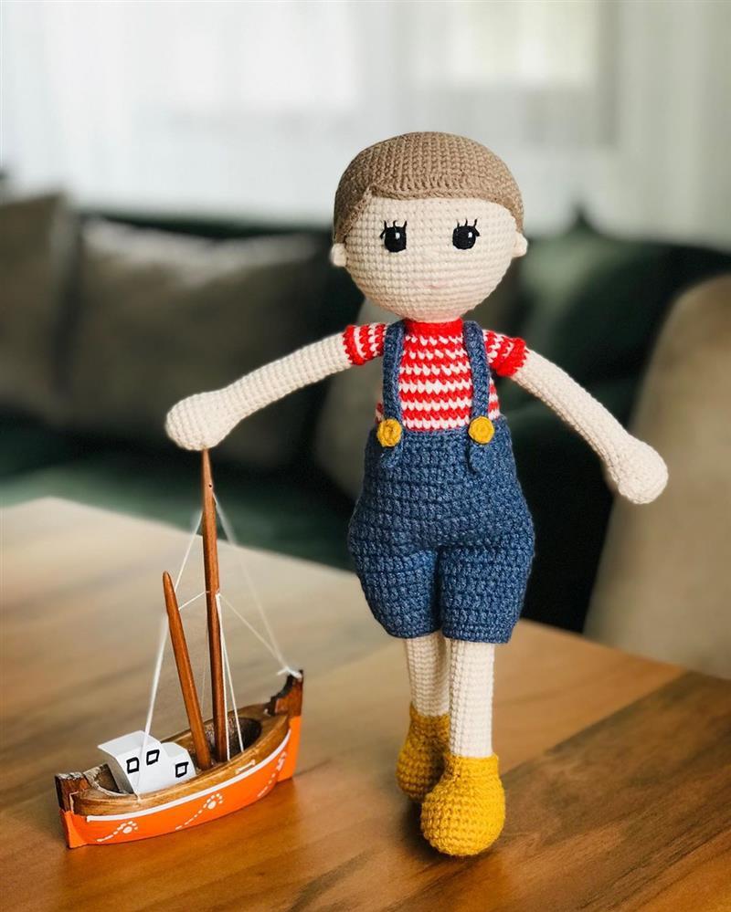 boneco lindo com jardineira