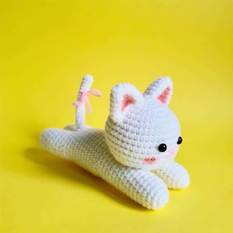 gato de croche deitado