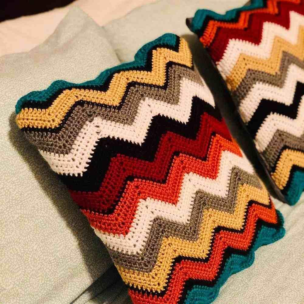 almofada chevron colorida