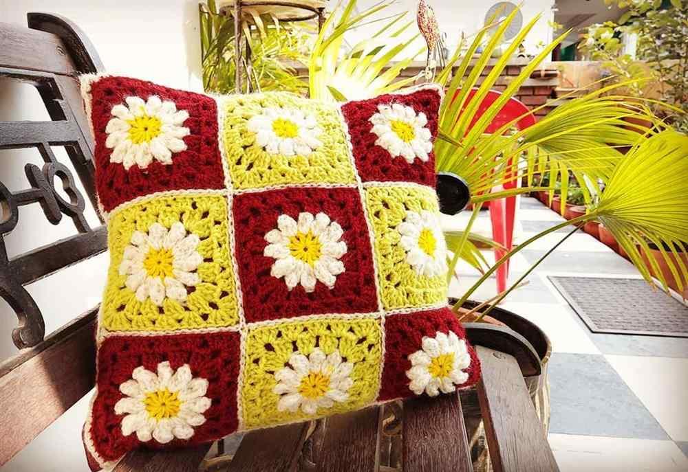 almofada com flores brancas