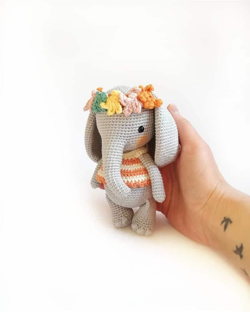 elefantinha com coroa de flores