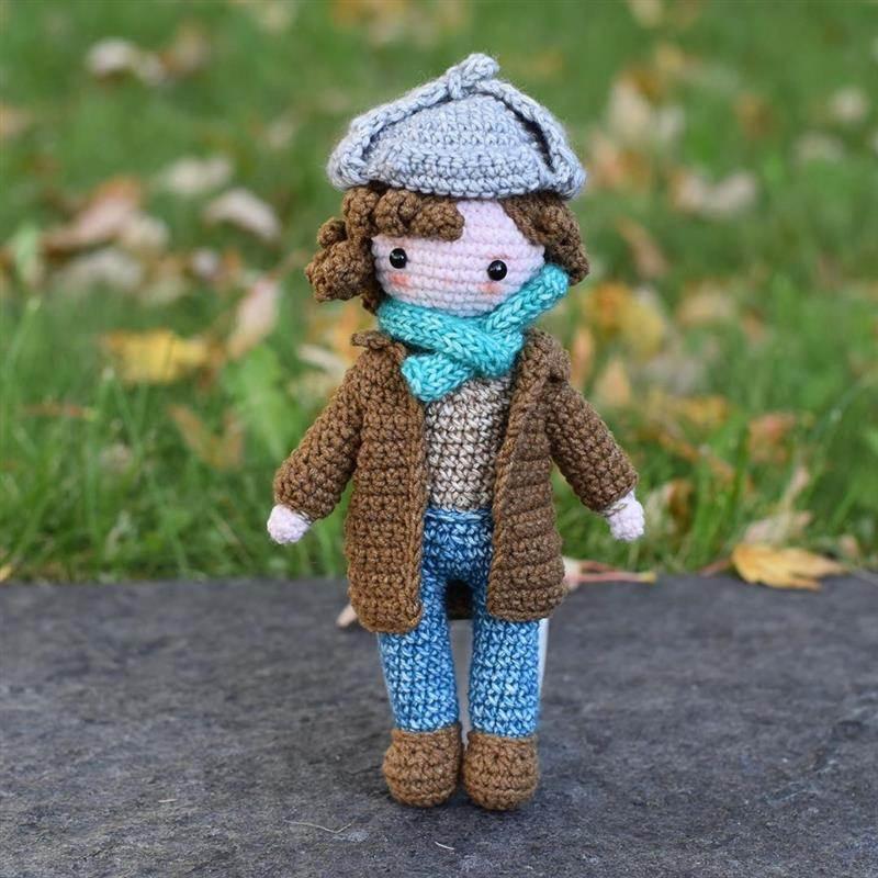 boneco de croche com roupa de frio