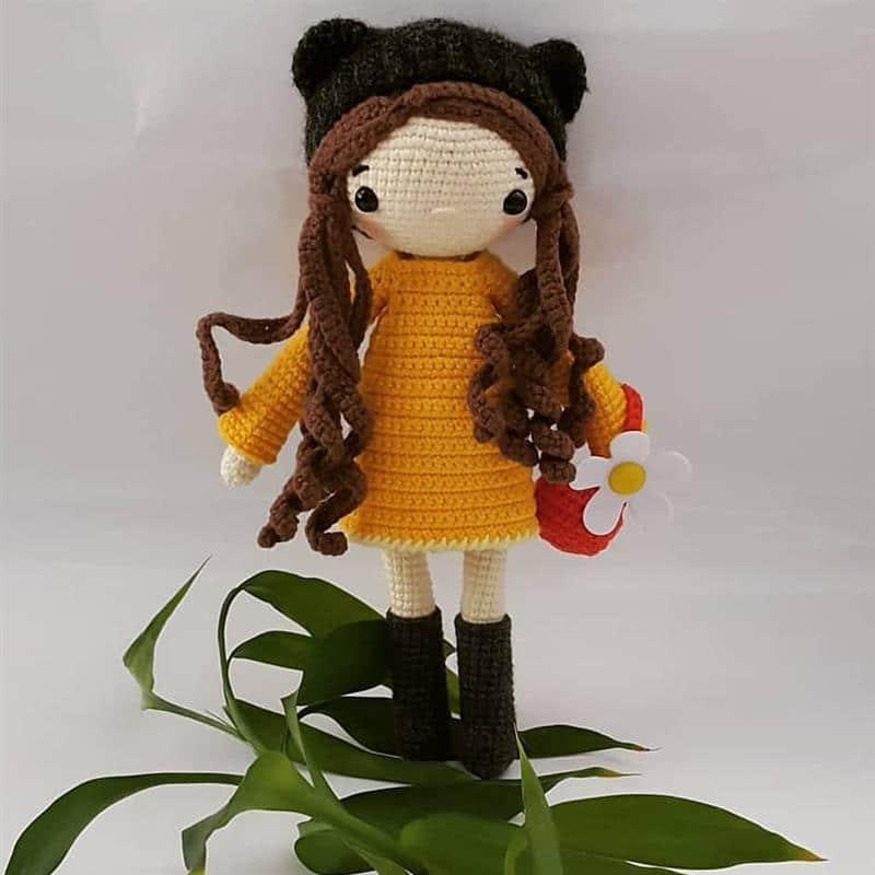 boneca com chapeu de bota
