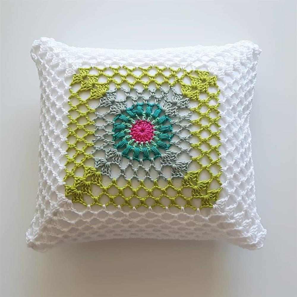 almofada branca com detalhes verdes