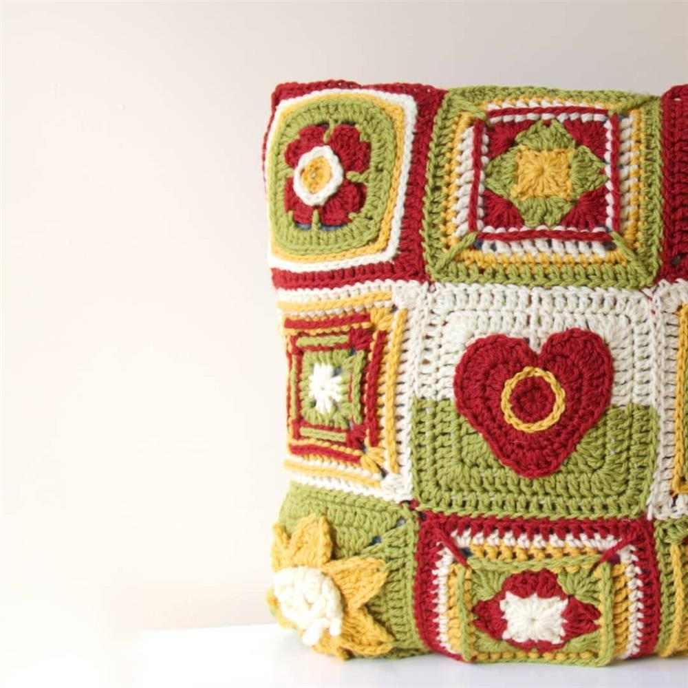 almofada feita com square de croche
