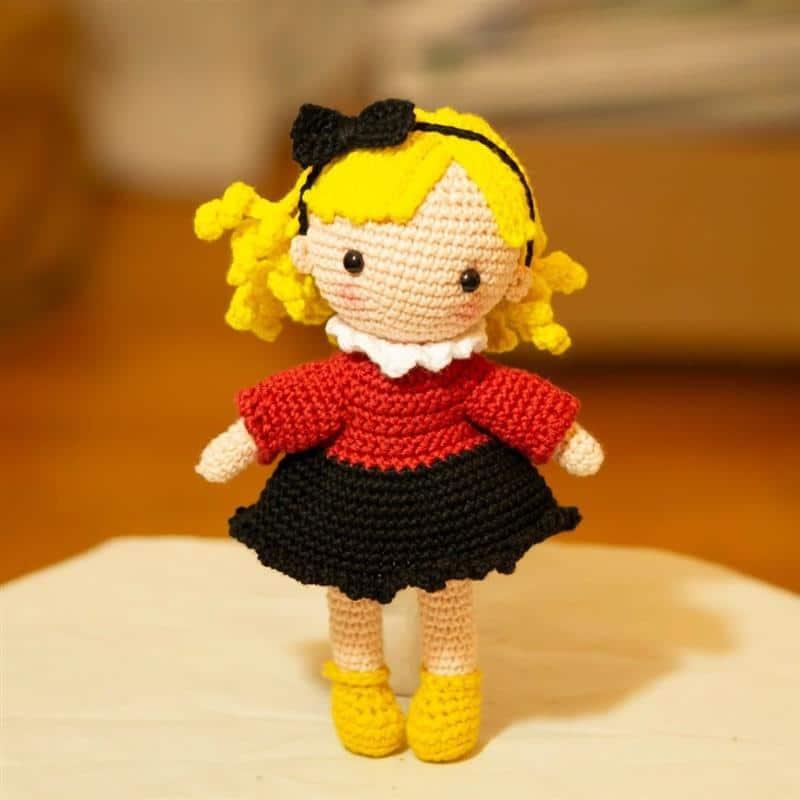 boneca loira com vestido colorido