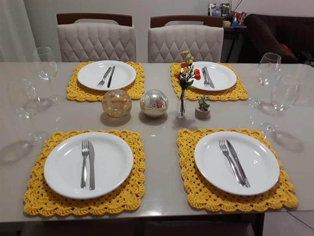 decoração com sousplat amarelo