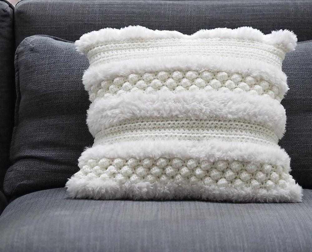 almofada felpuda branca com ponto pipoca