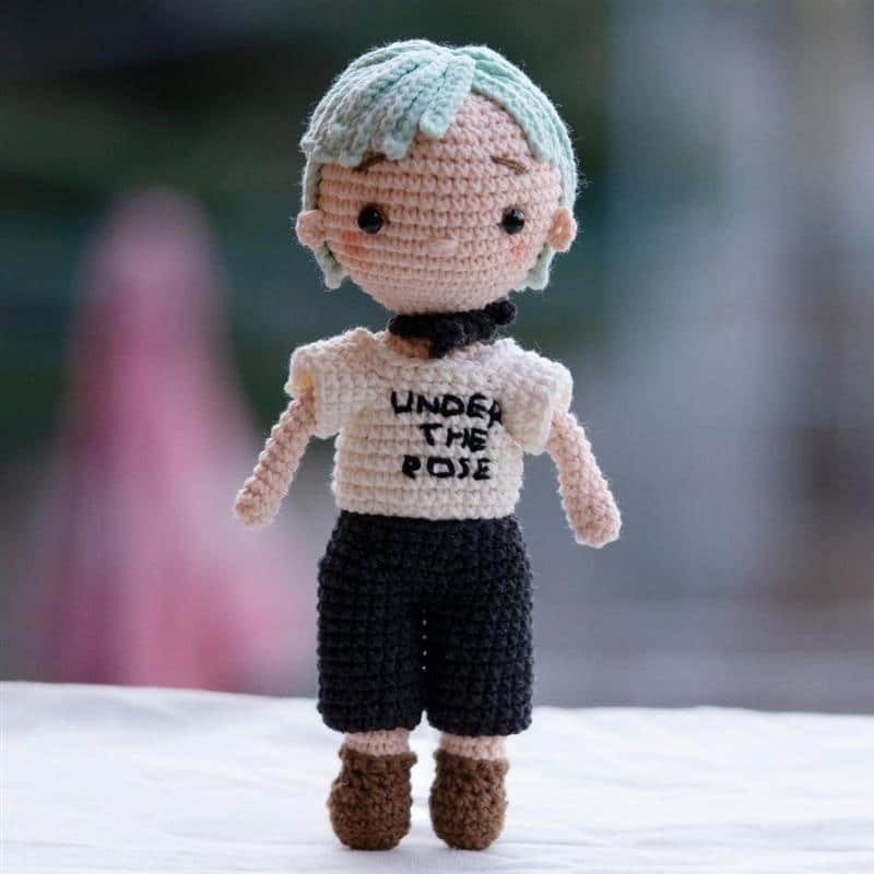 boneco de croche com cabelo curto