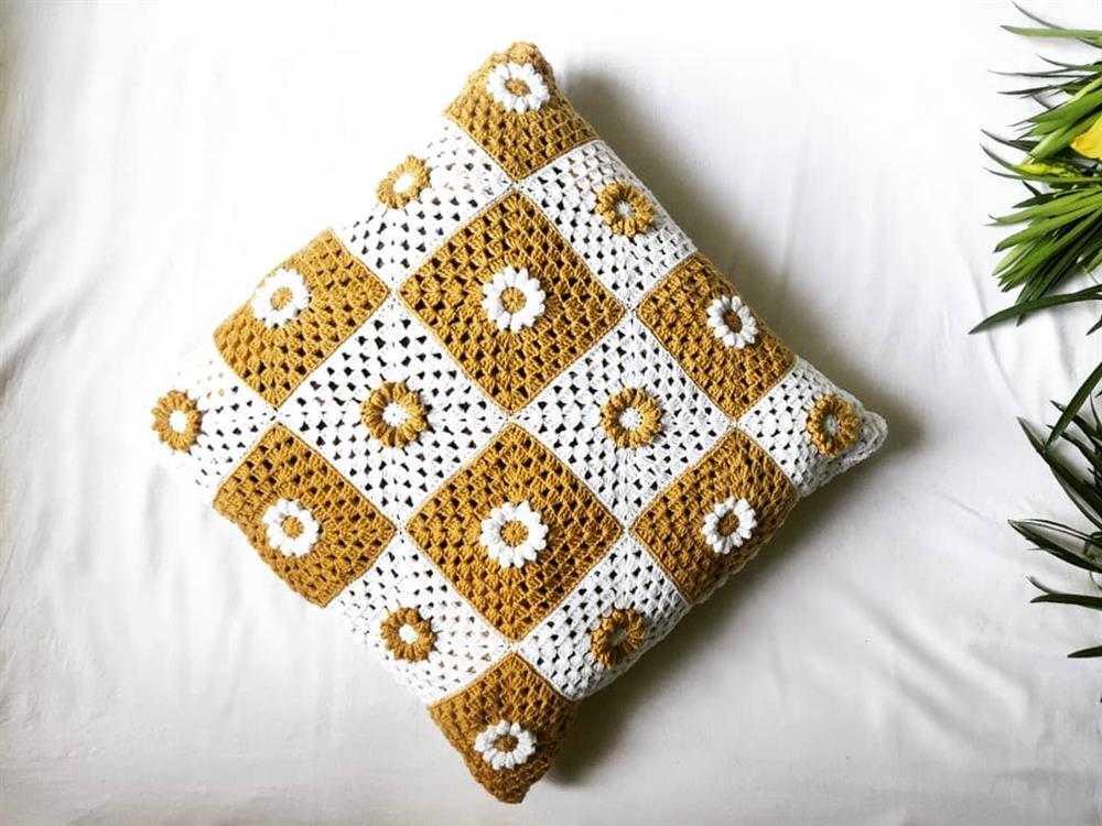 almofada de croche de duas cores