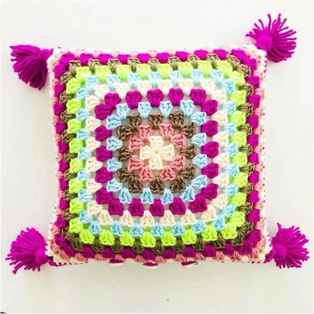 almofada multicolor com pompom